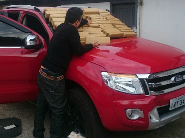 Grande quantidade de maconha foi encontrada dentro de veículo roubado em São Leopoldo (Foto: Rodrigo Zucco/Polícia Civil)