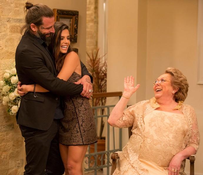 Milena e Ralf assumem o namoro para Geppina (Foto: Ellen Soares / Gshow)