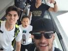 Neymar desembarca no Brasil ao lado de 'parças' e empresário