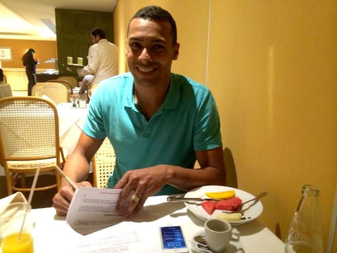Elton Flamengo assina contrato (Foto: Divulgação / Think Ball & Sports Consulting)