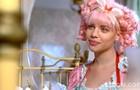 A mocinha do cabelo rosa fica animada com segredo da amiga (Foto: Meu Pedacinho de Chão/TV Globo)
