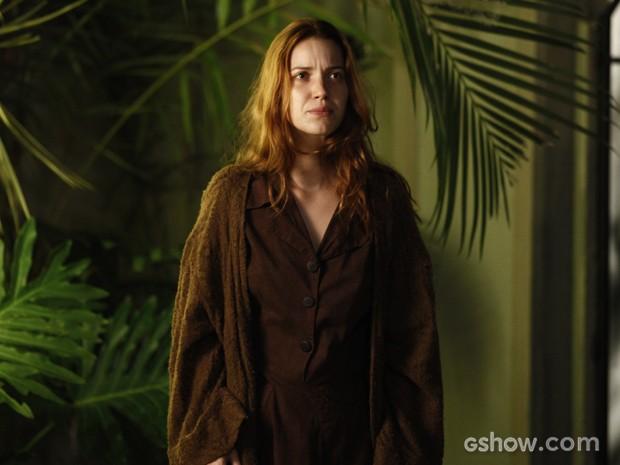 Sílvia aparece na mansão para tentar lembrar de seu passado (Foto: Inácio Moraes/TV Globo)