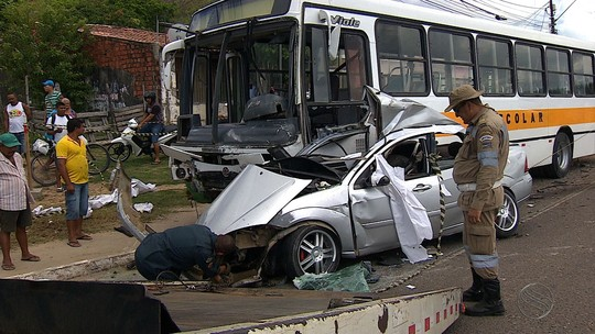 Acidente entre ônibus escolar e carro de passeio acontece no Porto Dantas