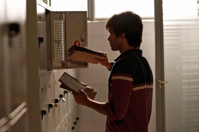 Fabinho troca envelopes do armário de Jonatas (Foto: Raphael Dias / Gshow)