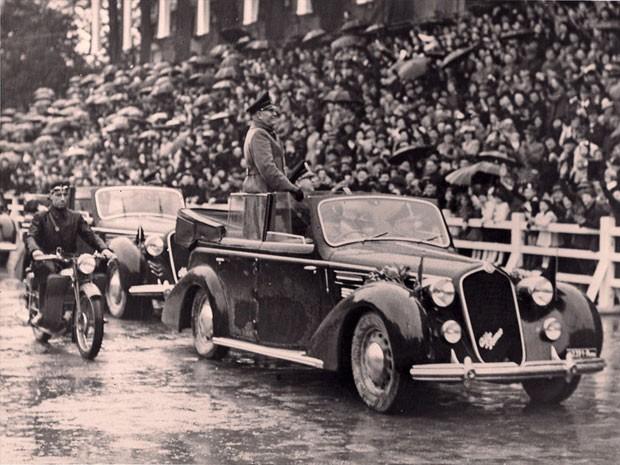 Benito Mussolini desfila no Alfa Romeo 6C 2300B (Foto: Divulgação/AIOLFI & Partners)