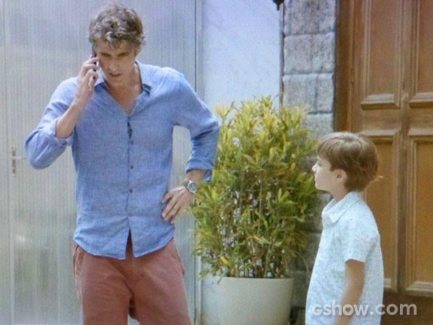 Cadu desiste de fazer exames ao receber uma ligação de Verônica (Foto: Em Família/TV Globo)