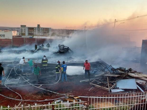 Depósito de materiais recicláveis foi tomado pelo fogo em Jaú (Foto: Corpo de Bombeiros/Divulgação)