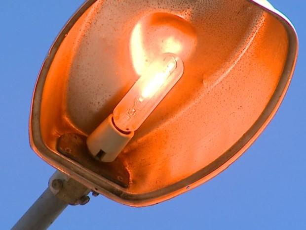 Moradores de Leme, reclamam de iluminação pública acesa 24h por dia