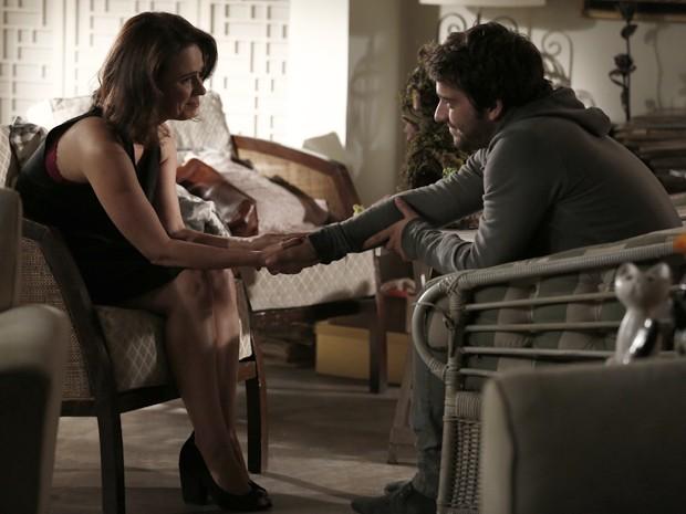 Sandra descobre que Davi é seu filho e os dois conversam (Foto: Inácio Moraes/Gshow)