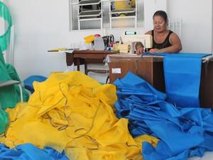 Edna prepara ornamentação da Rua Amorosa (Foto: Juliane Peixinho/G1)