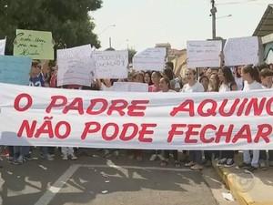 Estudantes e professores pedem pelo não fechamento da escola  (Foto: Reprodução/TV TEM)