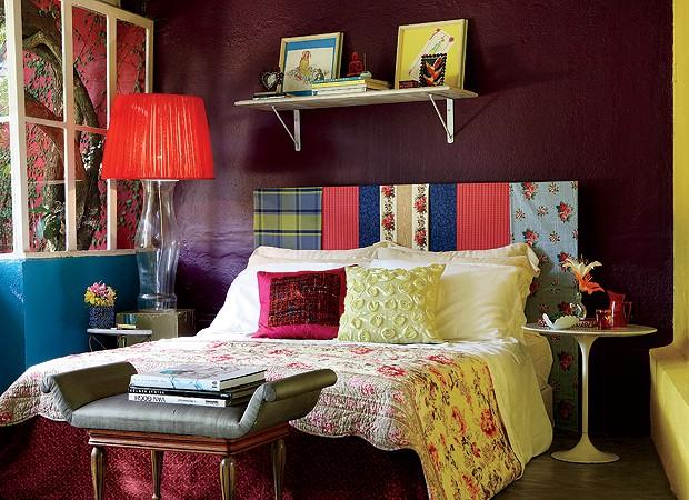 """Sobre a cama, colcha e almofada da Cinerama. Na lateral, a mesa Saarinen, de traços limpos, não """"briga"""" com a esfuziante cabeceira (Foto: Marcos Antonio)"""