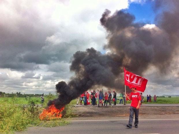 Protesto realizado por trabalhadores rurais em Goiana, PE (Foto: Mariana Frazão / TV Globo)