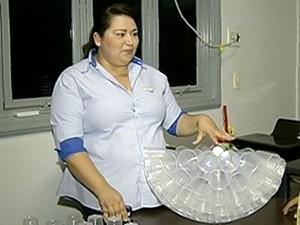 Inspiração surgiu quando Elaine viu a quantidade de copos plásticos desperdiçados (Foto: Reprodução/TV Anhanguera)