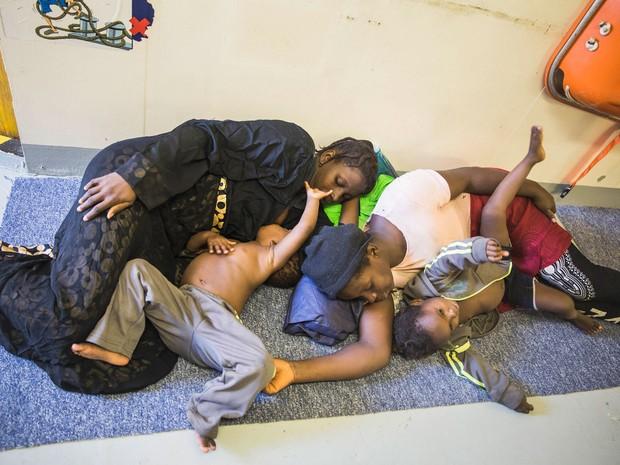 Família resgatada em uma das embarcações (Foto: Anna Surinyach/MSF)