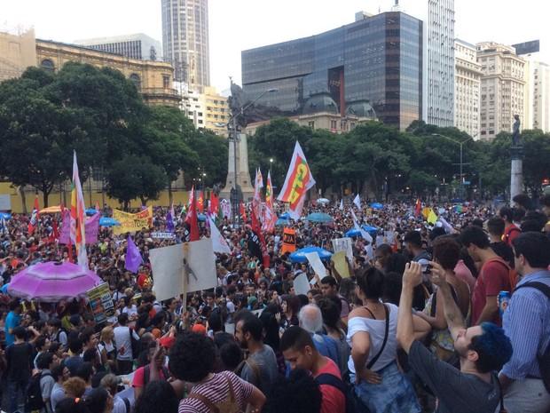 Grupo protesta contra a PEC 241 no Centro do Rio (Foto: Patrícia Teixeira/G1)