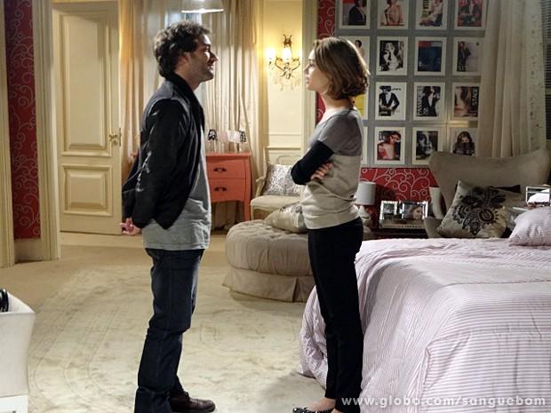 O bad boy grava a conversa (Foto: Sangue Bom/TV Globo)