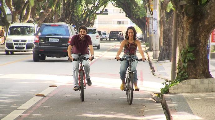 Renata Menezes faz turismo e pedala no Corredor da Vitória (Foto: TV Bahia)