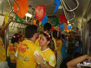 Passageiros dançam nos vagões, animados pelo pé-de-serra (Foto: Divulgação)