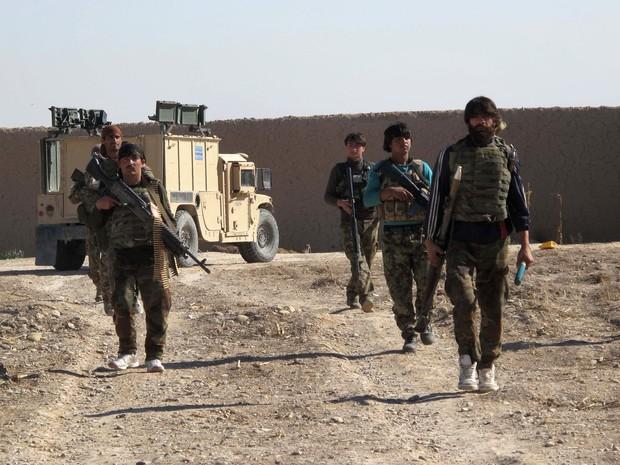 Soldados do Exército afegão são vistos em Helmand nesta segunda-feira (21), em meio ao avanço dos rebeldes talibãs na região e à intensificação dos combates (Foto: Noor Mohammad/AFP)