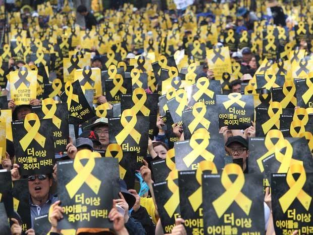 Professores sul-coreanos homenagearam as vítimas da embarcação que afundou na Coreia do Sul. Naufrágio matou mais de 300 pessoas. A maior parte das vítimas é formada por jovens estudantes. O Ministério Público local indiciou por homicídio o capitão da bal (Foto: Ahn Young-joon / AP Photo)