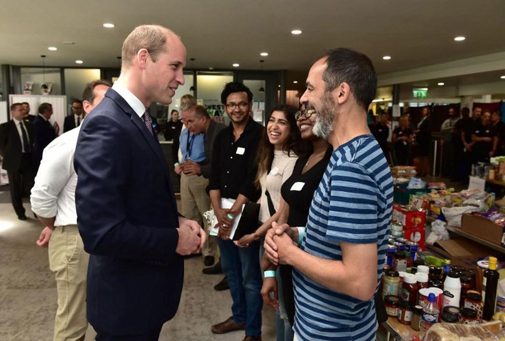Príncipe William conversa com moradores da Grenfell Tower, que ficaram desabrigados após incêndio   (Foto: Dominic Lipinski / AFP)