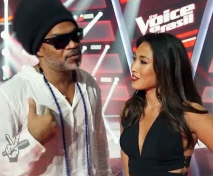 Dani Suzuki quer saber tudo sobre a apresnetação de Brown no The Voice (Foto: Gshow)