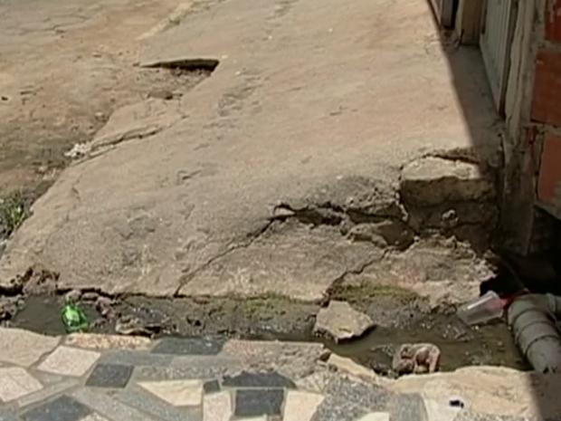 Esgosto incomodava moradores do bairro Céu em Linhares (Foto: Reprodução/ TV Gazeta)