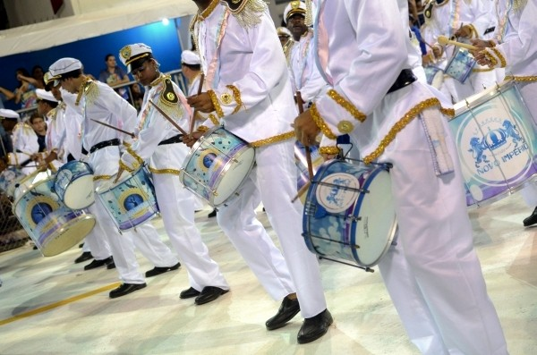 Bateria da Novo Império durante desfile no Carnaval de 2012. (Foto: Welinton Aiolfi/G1 ES)