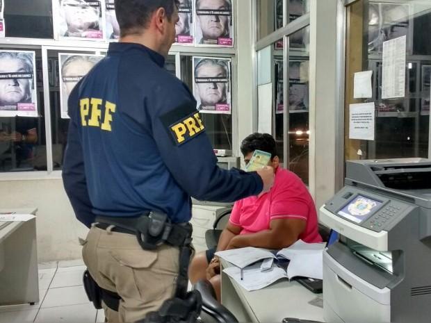 Condutor é detido com CNH falsa na BR-316, em Santa Maria do Pará (Foto: Ascom/PRF)