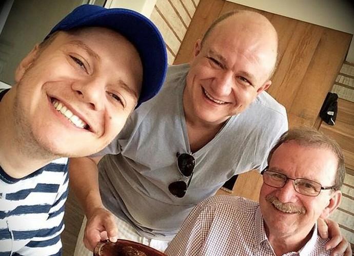 Sempre que tem uma folga, Michel Teló gosta de reunir a turma para um churrasquinho. Na foto, ele com o irmão Teófilo e com o pai Aldo (Foto: Arquivo Pessoal)