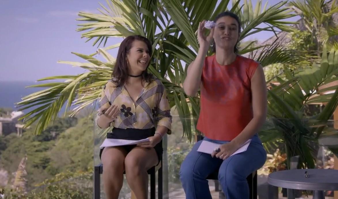 Dbora Nascimento e Fernanda Souza testaram seus arremessos jogando tudo de ruim no lixo (Foto: Multishow)