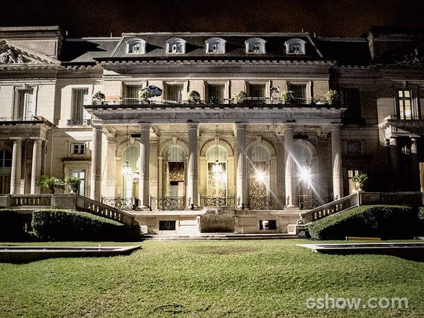 Até de noite é possível apreciar a beleza do casarão (Foto: Fábio Rocha / TV Globo)