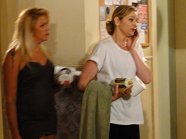 Sônia atende a ligação de Brunessa (Foto: Cheias de Charme / TV Globo)