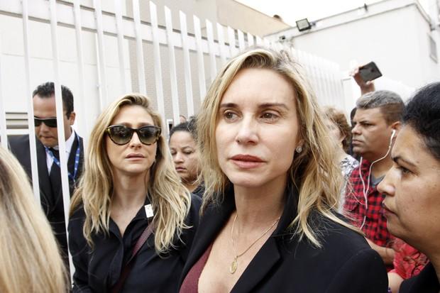 Amora Mautner e Paula Burlamaqui no velório de Domingos Montagner (Foto: Celso Tavares / EGO)