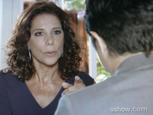 Branca quer arrancar até as calças do ex-marido! (Foto: Em Família/TV Globo)