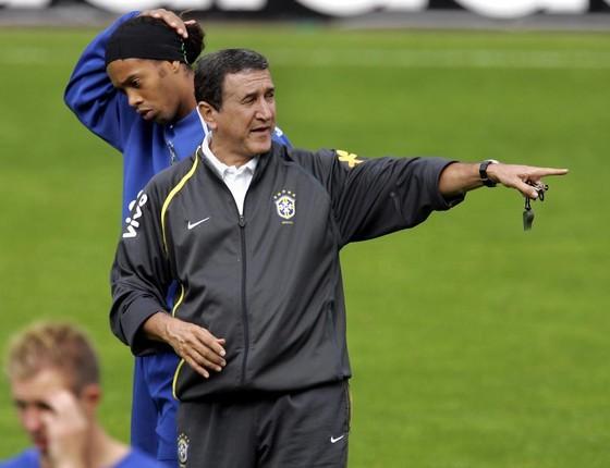 Carlos Alberto Parreira na época que comandava a Seleção brasileira, com Ronaldinho Gaúcho ao fundo (Foto: Divulgação/ Rede Globo)