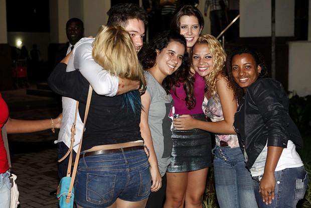 Andressa e Nasser com fãs (Foto: Marcos Serra Lima / EGO)