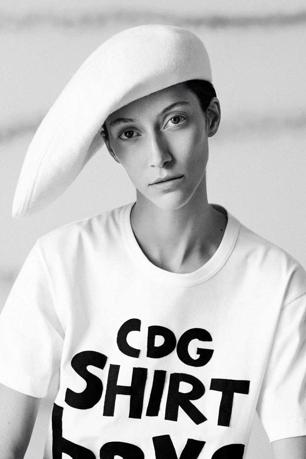 Stephen Jones for Comme des Garçons: A distorted beret in felt, Autumn/Winter 1985. Cotton T-shirt by Comme des Garçons Shirt. Styling by Mattias Karlsson (Foto: BEN TOMS)
