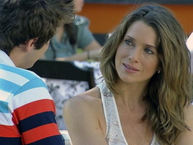 Ao reencontrar Guido, Laura é só elogios ao ex-namorado (Foto: Malhação / Tv Globo)