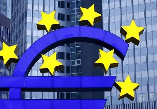 Estátua do logo do euro visto na ex-sede do Banco Central Europeu, em Frankfurt, na Alemanha (Foto: Kai Pfaffenbach/Reuters)