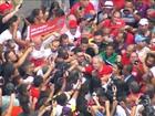 Lula sai do apartamento e é abraçado pela militância no ABC