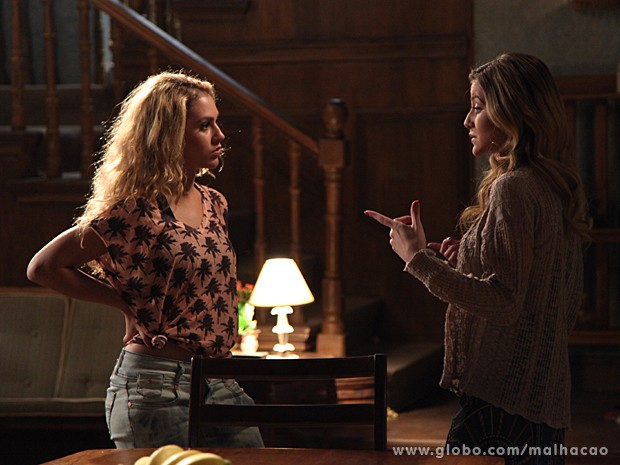Meg e Sofia discutem no casarão por causa de Ben (Foto: Jacson Vogel / TV Globo)