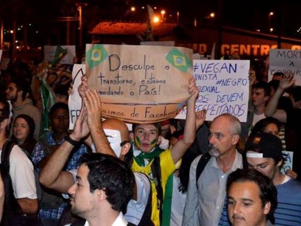 A frase 'saímos do facebook' foi escrita em vários cartazes na noite desta terça-feira (18) (Foto: Filipe Gomes Calmon/Divulgação)