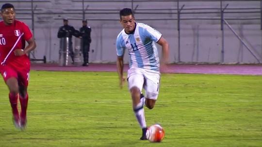 Com um a menos, Argentina marca no fim e busca empate contra o Peru