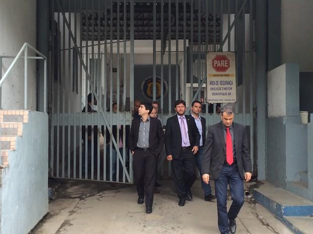 Deputados saem do presídio no qual estão os PMs que atiraram nos jovens de Costa Barros (Foto: Gabriel Barreira/G1)