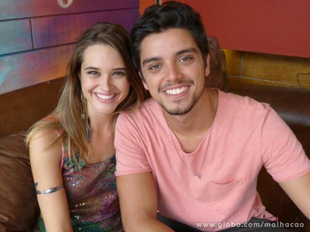 Ju Paiva e Rodrigo Simas comemoram a volta de #Brutinha (Foto: Malhação/TV Globo)