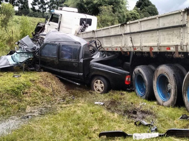 Veículos foram parar no acostamento (Foto: PRF/Divulgação)