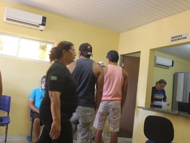 Delegacia de Luís Correia ficou bastante movimentada nesta segunda-feira (Foto: Ellyo Teixeira/G1)