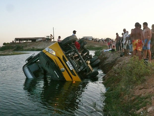 Ônibus escolar atravessava uma estrada carroçável no momento do acidente (Foto: Francisco Coelho/Focoelho.com)